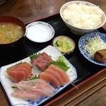 こだま - お刺身定食大サービス品1500円。 4種類のお刺身に、魚のフライ、ご飯、お味噌汁、おしんこです。