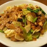ルウァンタイ - 幅の広い米の麺の黒醤油炒め (パッ・シーユ)