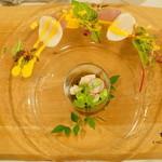 アンクィール - ENCUEIL Lunch Petit course (小海老と枝豆の入った糸もずくのビネガー風味 帆立貝柱のローストと白桃コンポート添え)