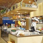 LA LOBROS PAN TABLE CAFE - フロント・スタッフも女性!!