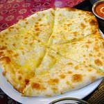 インドネパール料理 ぱーるばてぃ - チーズナン