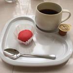 ユニバーサル洋菓子店 - 料理写真:コーヒー(マカロンはサービス)