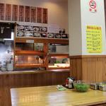 かみ家製麺所 - 柱の手前に様々なトッピング