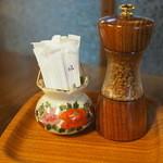 やま平 - 山椒はミルで挽きます。