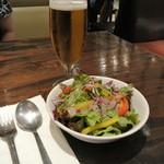 マンハッタングリル - ビールと付け合せの野菜