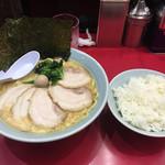 壱七家  - チャーシュー麺大盛りと、ライス。