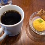 BREAD&DISHES MUGINOKI - ホットコーヒーとデザート。