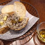 BREAD&DISHES MUGINOKI - もう一つの主役は焼きたてパン!。バリエーションも豊富です。