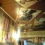 種よし - 天井には昭和の映画のポスターがあります