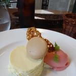 プーラヴィーダ - プチコース2250円+税 ホワイトチョコムース+フランボワーズのジェラート、アイスコーヒー