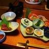 はるみや旅館 - 料理写真:夕食の前菜と馬刺し