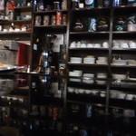 40894149 - 棚に並ぶコーヒーカップやグッズ