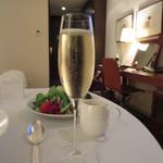ストリングスホテル東京インターコンチネンタル - グラスシャンパーニュ 2300円