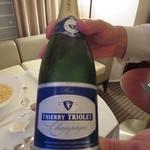 ストリングスホテル東京インターコンチネンタル - グラスシャンパンは部屋までボトルを