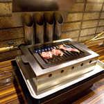 蒲田ホルモン劇場 - 赤身盛り、焼き始めます。奥に4本連なる筒に、煙は全部吸い込まれてゆきます