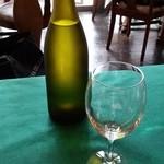 ニコラス - 水の瓶とグラス