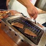 大阪焼肉・ホルモン ふたご - な、なんと従業員が焼いていくれるではないかっ!