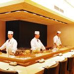 おたる政寿司 - 吉野檜を使った一枚板のカウンター