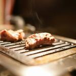 ヒレ肉の宝山 - 上ヒレをガスロースターで焼きます
