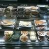 ドライブインきんかい - 料理写真:お店に入ったすぐ右手側にお惣菜が並んだ冷蔵ケースがある。
