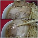 ラーメン二郎 - 【再訪】豚は部位が2種類(上段:腕肉、下段:バラ肉)