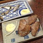 和田屋 - 魚でカワハギとギラ(ヒイラギ)を頼んだら干物おつまみだらけになってしまった図