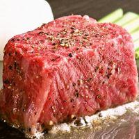 目の前の鉄板で焼き上げる和牛ステーキ