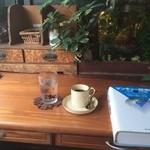 アール座読書館 - <2015年8月初訪>時代物の文机に植物と金魚鉢