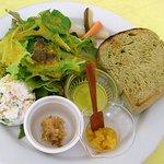 グーファ - 空のパンと野菜サラダ、おからサラダが乗っています