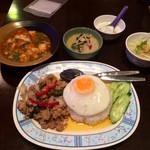 タイ居酒屋 トンタイ - 「ガパオライス+ミニグリーンカレー」780円+スープをトムヤムクンに変更(+100円)