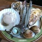 かき小屋 匠ちゃん - 海鮮セット。牡蠣は手のひら大。濃厚でうまし!
