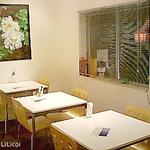 ランテルナロッサ - 奥のテーブル席 白がベースのシンプルデザイン