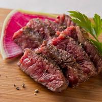 厳選された肉を炭焼きで。