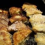 游心 - 鉄板餃子 一口餃子でジューシーアツアツで美味いー☆☆ 一人前7個 ペロッといけちゃう! 二人で6人前食べました!