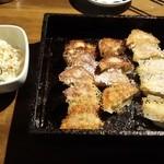 游心 - 鉄板餃子☆☆二人前 (一人前 7個 380円) つけあわせのキャベツの塩昆布のせ