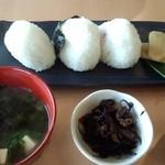 石のカフェ - おにぎりセット(594円)味噌汁に鉢が付いています
