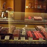 ラ・メゾン・デュ・ショコラ - ショーケースの中にはたくさんのチョコ☆