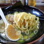 麺王 - 2015年8月16日(日) 京風(煮干)ラーメン(並)780円 麺リフト