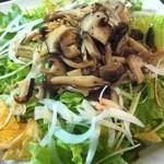 ウィスラーカフェ - きのこのマリネがのったサラダ。