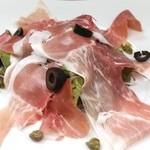 ジュリアーノ - イタリア産生ハムだらけのサラダ