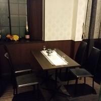 カーテンで仕切れるテーブル席