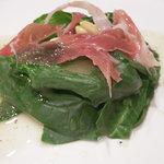 サント ルーチェ - ほうれん草と生ハムのサラダ