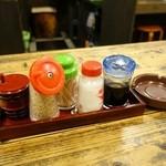 武蔵野うどん - 卓上調味料と不要の灰皿