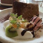 TG珈琲 - ココアのシフォンケーキ、イチゴアイス、桃のコンフィチュール