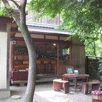 山辺の道 花もり - 木陰のテーブル席が3つと店内カウンターがあります♪