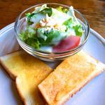 カフェ・ロンディーノ - 小さいサラダと小さいトーストいただきました。コーヒーとセットで650円でした!