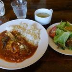 コンシールカフェ・サクラガオカ - 厚切りベーコンと揚げナスのトマトカレー(大盛無料) 850円 プースー・ダーサラ・ドリンク付