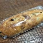 ANAクラウンプラザホテル大阪 DELICA SHOP - チェリー&チーズの胡桃パン 194円(税別)