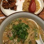 らーめん 熊五郎 - 麺を見せて ミニチャーハン&唐揚 set 到着〜