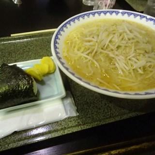 食堂ニューミサ - 料理写真:みそらーめんとおにぎり900円 (2015.04)
